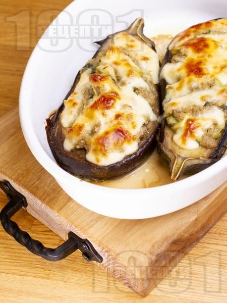 Вегетариански пълнени патладжани на лодки с киноа, нахут, билки и сирене моцарела печени на фурна - снимка на рецептата